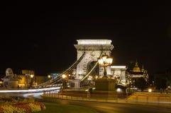 Den Chain bron i Budapest, Ungern på natten Det var den första permanenta bron över Donauen i Budapest Arkivbilder