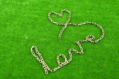 Den Chain formen en hjärtaform och ordet ÄLSKAR Royaltyfria Foton