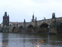 Den Charles bron i Prague i aftonen som ses från den Vitava floden arkivbild