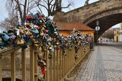 Den Charles bron i Prague med förälskelse låser, Tjeckien Royaltyfri Bild