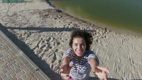 Den charmiga brunetten fångar surret på stranden arkivfilmer