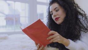 Den charmiga brunetten läste boken arkivfilmer