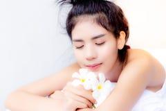 Den charmiga härliga kvinnan ligger ner på säng Attraktiv beauti royaltyfria foton
