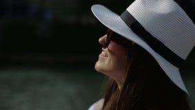 Den charmiga kvinnan lyfter upp hennes huvud och ser på solen arkivfilmer