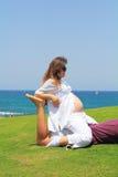 Den charmiga unga kvinnan är gravid Fotografering för Bildbyråer