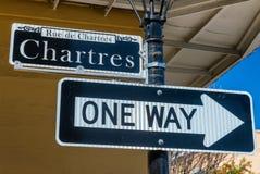 Den Chartres gatan undertecknar in New Orleans, LA Arkivfoton