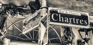 Den Chartres gatan undertecknar in New Orleans, Louisiana royaltyfri foto