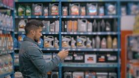 Den chefWith Tablet PC:N som kontrollerar gods på bilsupermarketlagret, shoppar stock video