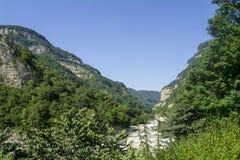 Den Chegem floden flödar mellan kullarna, Kaukasus, Ryssland Royaltyfria Foton