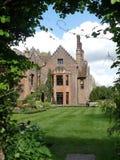 Den Chenies mang?rdsbyggnaden, en Tudor Grade listade jag byggnad, i v?r royaltyfri fotografi