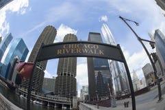 Den Chicago floden går undertecknar in sommartiden royaltyfri fotografi