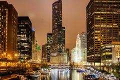 Den Chicago staden exponerade byggnader i aftonen Reflexioner på flodkanalen royaltyfria foton