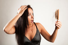 Den chockade kvinnan ser till hennes borste Fotografering för Bildbyråer