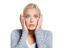Den chockade kvinnan sätter räcker på huvudet Royaltyfria Foton
