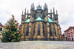Den Christmass treen och domkyrkan för St. Vitus i Prague rockerar Royaltyfria Bilder