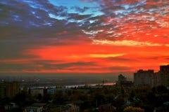 Den cinnoberfärgNovember solnedgången över staden Arkivbild