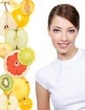 den citrusa framsidan bär fruktt skivakvinnan Arkivfoto