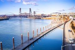 Den CityscapeWillamette floden och stål överbryggar, beskådar från Burnside royaltyfri fotografi