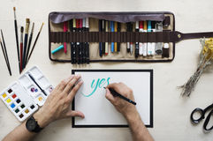 Den Clallighraphy förlagen skriver text Fotografering för Bildbyråer