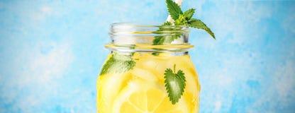 Den Coctail kruset av lemonad- och mintkaramellsidor på trätabellen slösar bakgrund royaltyfria foton