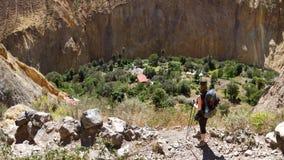 Den Colca kanjonen i sydliga Peru - sikt av oasen de Sangalle som är längst ner av kanjonen Arkivfoto