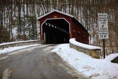 Den Colemansville täckte bron efter vintersnö Royaltyfri Fotografi