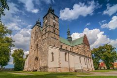 Den college- kyrkan av Saint Martin i Opatow, den romanska kyrkan av Saint Martin av Tours förlade i Opatow, i Polen royaltyfria foton