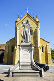 Den college- kyrkan och statyn arkivfoto