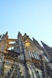 Den Cologne domkyrkan badade, i guld- sol och att nå in mot himlen Royaltyfria Bilder