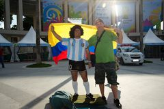 Den colombianska fanen med en man klädde som Maradona arkivfoto