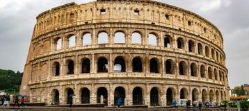 Den Colosseum coliseumen eller Flavian Amphitheatre är en oval amfiteater i mitten av staden av Rome royaltyfri fotografi