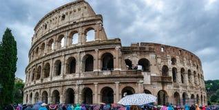 Den Colosseum coliseumen eller Flavian Amphitheatre är en oval amfiteater i mitten av staden av Rome, Italien arkivfoto