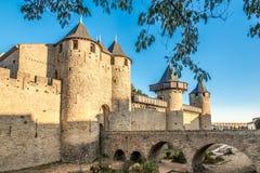 Den Comtal chateauen från XII Århundrade och inre vallar i Carcassonne den gamla staden Royaltyfri Bild