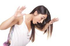 Den Confused kvinnan sätter henne händer på huvudet Royaltyfria Bilder