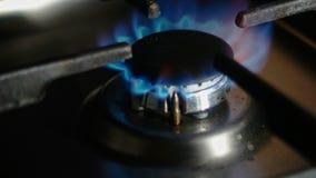 Den cooktop Gaskocher einschalten Erdgasentzündung im Ofenbrenner, Abschluss herauf Ansicht Gas, das in einem Küchengas brennt stock video