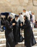 Den Coptic biskopen besöker helgedomen begraver i Jerusalem Arkivfoton