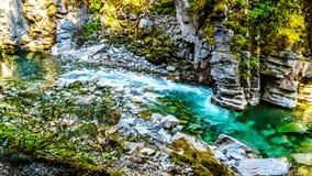 Den Coquihalla floden i den provinsiella Coquihalla kanjonen parkerar och på Othello Tunnels nära hopp i British Columbia Kanada arkivfoton