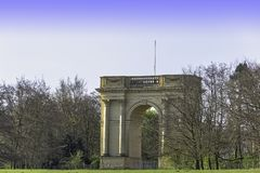 Den Corinthian b?gen p? s?dra framdel i Stowe, Buckinghamshire, UK royaltyfria foton