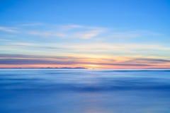 Den Corsica eller Corse ösolnedgången beskådar från italiensk strand seglar utmed kusten. Royaltyfria Foton