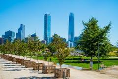 Den Costanera mitten och horisont i Santiago, Chile med parkerar och Mo Arkivfoto