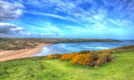 Den Crantock fjärden och stranden norr Cornwall England UK nära Newquay i färgglade HDR gillar en målning Arkivfoto