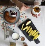 Den croasant vallmo, driftstopp, yougurt, honung, mjölkar, äpplet, frukt arkivbilder