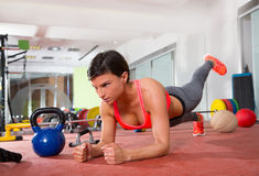 Den Crossfit konditionkvinnan skjuter ups liggande armhävningövning Arkivbild