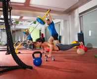 Den Crossfit kvinnan skjuter ups övning och att lyfta för manvikt Arkivfoton
