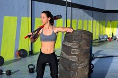 Den Crossfit pulkan bultar kvinnan på den kopplade av idrottshallen Arkivfoton