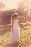Den Cutel lilla flickan som bär den felika dräkten, tycker om sommar på solnedgången Royaltyfria Bilder