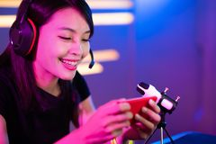 Den Cybersport gameren har den levande str?mmen royaltyfri fotografi