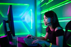 Den Cybersport gameren har den levande str?mmen arkivfoto