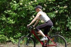 den cykla flickan kopplar av arkivfoto