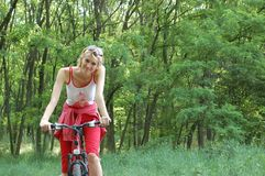den cykla flickan kopplar av Arkivbilder